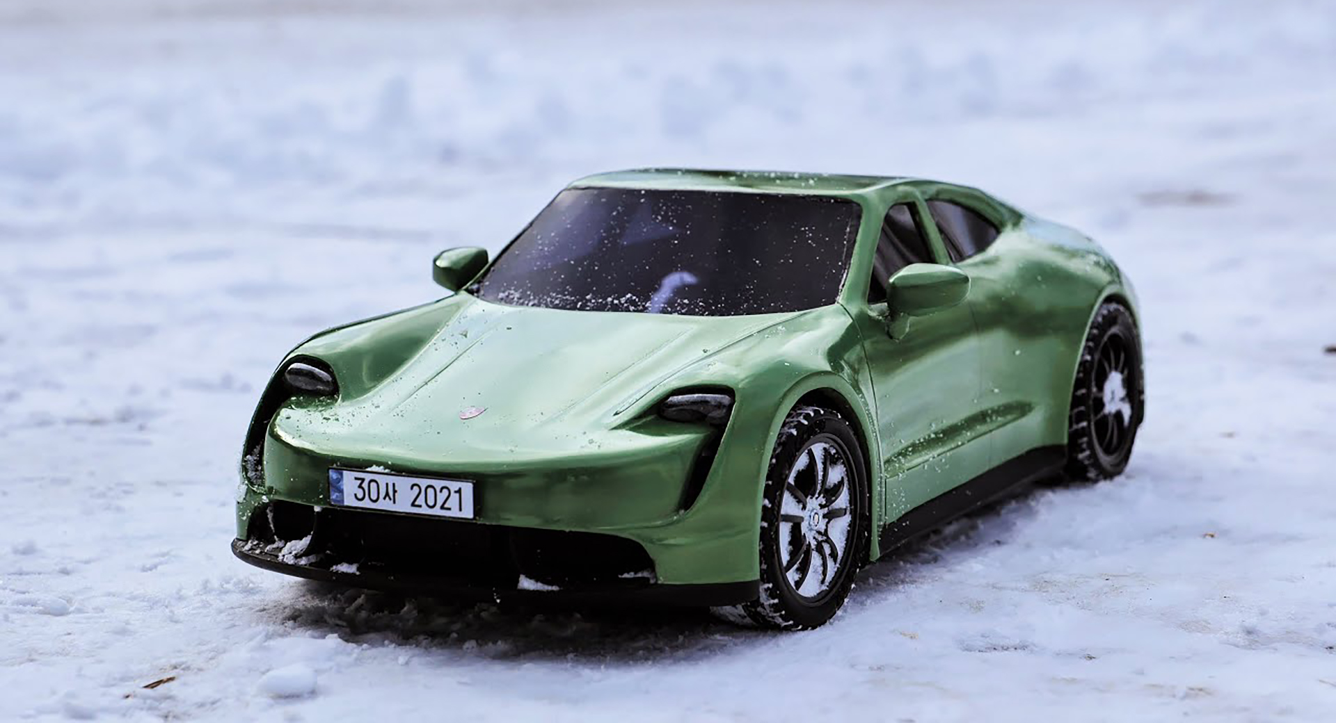 Watch this artist create a Porsche Taycan RC body with a 3D pen